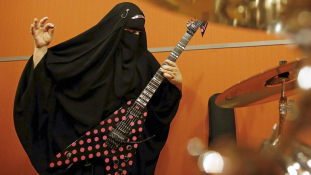 Marie, a nikábos heavy metal-gitáros