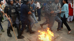 Parittyás és botokkal felszerelt tüntetőket lőttek le a rendőrök Nepálban