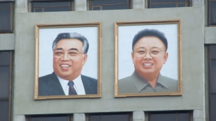Diktátorok az osztályterem falán