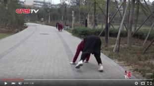 Új őrület: négykézláb járnak Kínában
