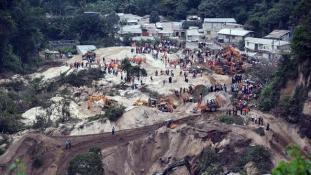 Közel nyolcvan halálos áldozata van a földcsuszamlásnak
