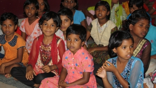Két és ötéves kislányokat erőszakoltak meg csoportosan