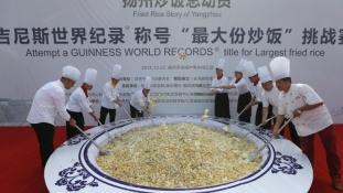 Másfél mázsa rizst a disznókkal kellett megetetni – oda a Guinness-rekord