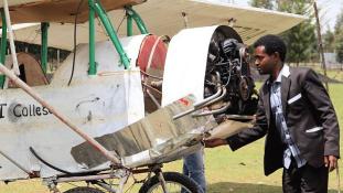 Használt anyagokból YouTube videók alapján épített repülőt