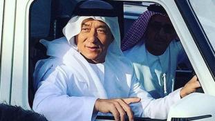 Jacki Chan arab népviseletben egy tevefutamon