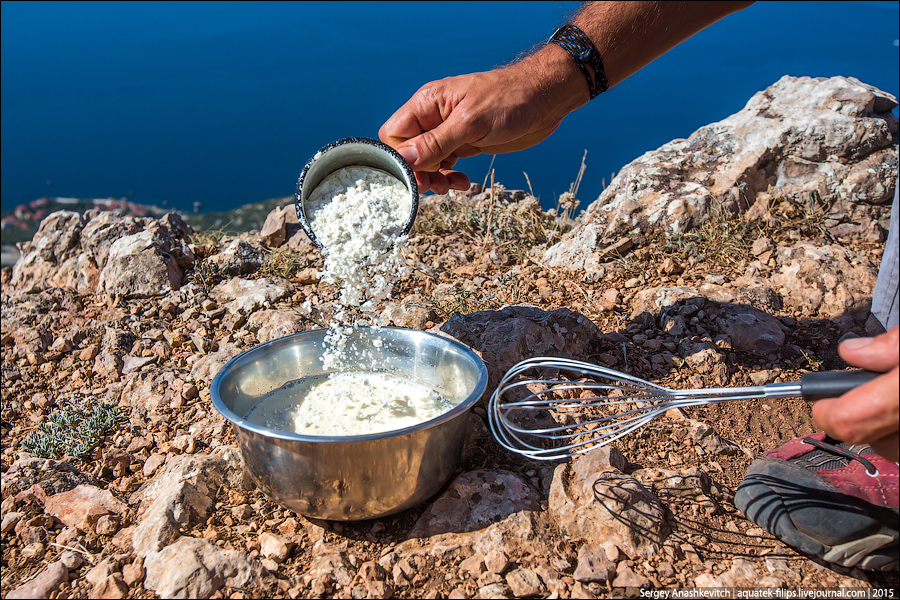 A liszt hozzáadása után keverjük simára a masszát