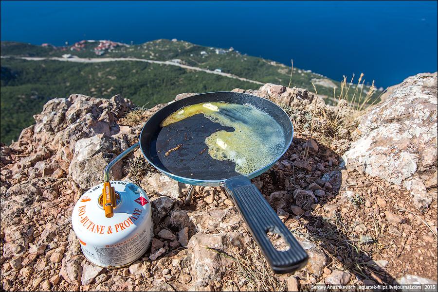 A szintén magunkkal hozott kemping sütő fölött a serpenyőben hevítsünk zsiradékot
