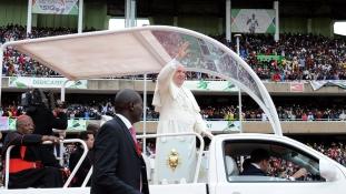 Kenyai nyomornegyedben járt Ferenc pápa