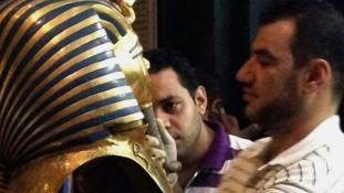 Megkezdték Tutanhamon szakállának helyreállítását