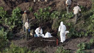 Tömegsírba temették áldozataikat a rendőrök