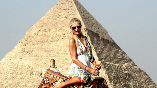 Jól állnak a hírességeknek a piramisok – 17 kép, Dianától Messiig