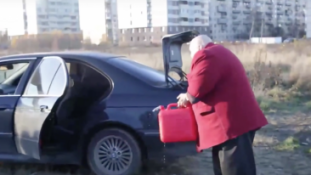 Felgyújtotta BMW-jét, hogy támogassa a hazai ipart