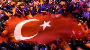 Erdoganék egyedül folytathatják