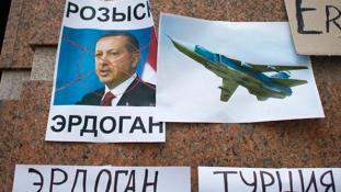 Török zászlót és Erdogan-bábut égettek Oroszországban