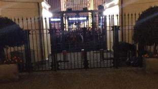 Elnézték a zászlót, rossz konzulátus elé mentek tüntetni