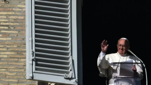 Hiába fenyegeti az ISIS: nem vesz golyóálló mellényt karácsonykor a pápa
