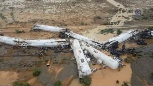 Az árvízben kisiklott egy mérgező anyagot szállító vonat Ausztráliában