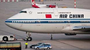 Rossz repülőt fújtak le habbal a kínai tűzoltók