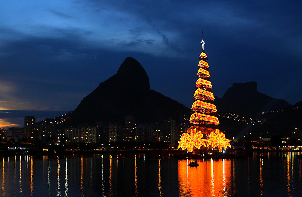 Karácsonyfa a Rodrigo de Freitas lagúnán, Rio de Janeiro