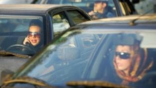 Kocsik tízezreit foglaltak le Iránban – ki nem találnád, miért