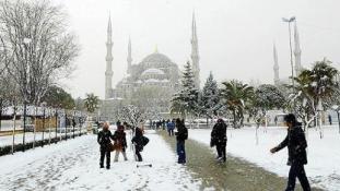 Hó Isztambulban: másfél száz járatot töröltek, és még nincs vége
