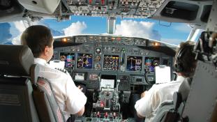 Be akart törni a pilótafülkébe, lefogták az utasok