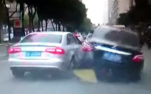 A kínai sofőr kénytelen volt hirtelen fékezni, mikor a szürke Audi elé vágott. Ugyanezt a fekete autó sofőrje már zokon vette.