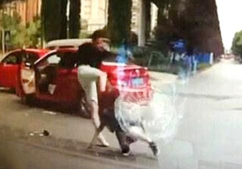 Egy férfi sofőr kihúzott egy nőt a kocsijából és verni kezdte.
