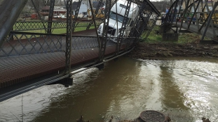 Történelmi hidat tarolt le egy amis kamionos – elszámolta a jármű súlyát