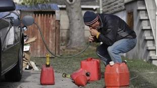 Nyakig a trutyiban – rossz tartályt szívtak meg a benzintolvajok