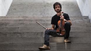 Szépség és szörnyeteg: egy szír hegedűs albuma háborúról és menekülésről