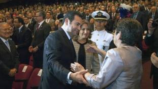 Beiktatták a humoristából lett guatemalai elnököt