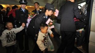 Gyermekkereskedő maffiára csaptak le Kínában, a fiúk kétszer annyiba kerültek