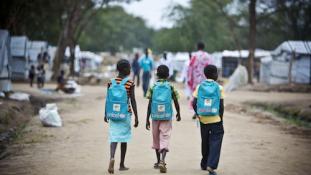 A világ legfiatalabb országában a gyerekek fele nem jár iskolába