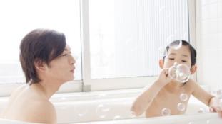 Ahol még a középiskolások is együtt fürdenek a szüleikkel