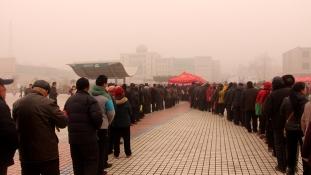 Három órát álltak sorba hidegben és szmogban – ingyenes falinaptárért