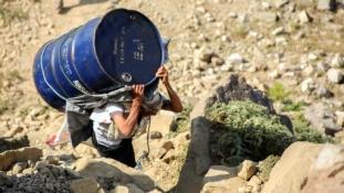 Ahol még a szamarak is kidőlnek – maguk viszik át a segélyt a hegyeken a jemeniek