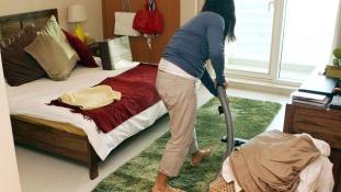 A falon verte szét háztartási alkalmazottja fejét egy nő