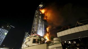 Leégett egy felhőkarcoló Dubajban – a tűzijátékot azért megtartották