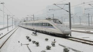 Tízezrek várakoznak még mindig a kantoni pályaudvaron a havazás miatt