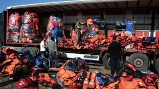 Menekültek mentőmellényeiből készít szobrot Aj Vej-vej
