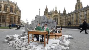 Lebombázott tanterem Londonban