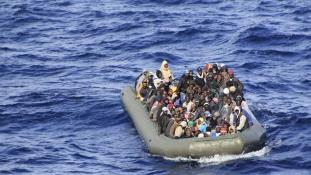 900 migránst mentettek ki az Égei-tengeren