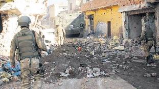 Kollektív büntetés Cizrében – a kurd fegyveresek mellett a civilekre is vadásznak a török katonák