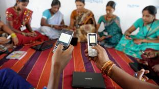 Nem mobilozhatnak a lányok az indiai faluban
