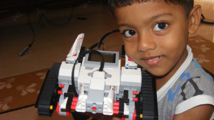 Legóból épített robotokat egy 7 éves indiai fiú