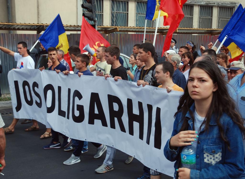 Oligarchaellenes banner a tüntetők kezében