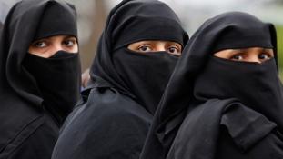 Lecsukták a nőket, mert fátyol nélkül menekültek a bombák elől