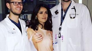 Csak ez a póló volt kéznél – így ment be a kórházba Salma Hayek