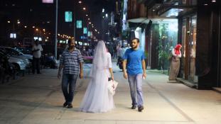 Miért rohangászik valaki menyasszonyi ruhában a városban?